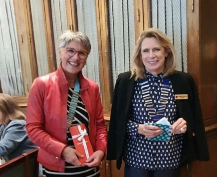 Hanna Lienhard, Gouverneur du District 199, et Catherine Tabatabay, Présidente du club de Genève